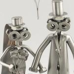 Bonequinhos de metal soldado em cenas românticas de casal