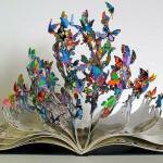 Borboletas de metal voam para abrir páginas do Livro da Vida