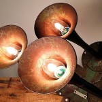 Velhas buzinas corneta recicladas como luminárias rústicas