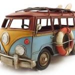 Kombi antiga para surfista em miniatura retrô de metal