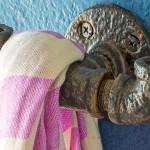 Ganchos para toalhas com tubos e conexões de ferro recicladas