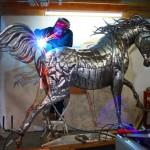 Escultura de cavalo com pedaços soldados de chapa de aço inox