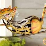 Gatos engraçados de metal para enfeitar varandas e jardins