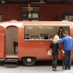 Loja itinerante em trailer retrô promove marca de grife