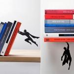 Super-Homem salva seus livros de um tombo na prateleira