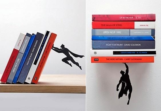 Super-Homem salvando livros
