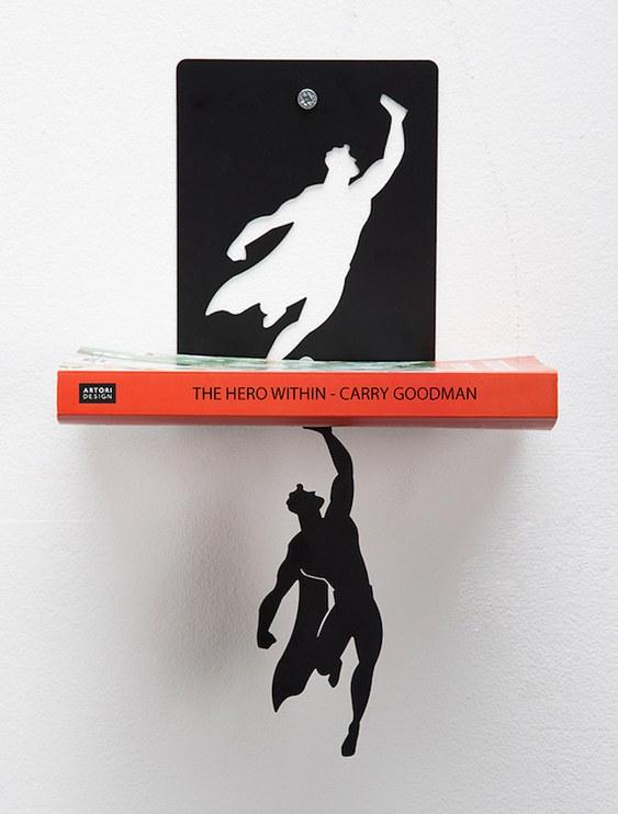 Super-Homem segurando livros