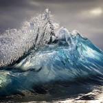 Ondas do mar congeladas no tempo antes da arrebentação