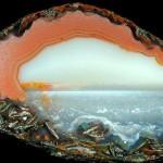 Lindas paisagens da natureza petrificadas dentro das ágatas
