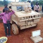 Garoto africano constrói um jipe Land Rover e PC de madeira