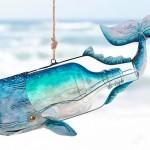 Baleia de metal e garrafa reciclada para decorar casa de praia