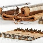 Xadrez com peças tubulares empilháveis e tabuleiro de enrolar