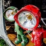 Luminária com atitude humana feita com farol velho de trator