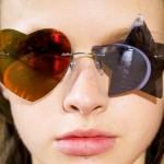 Óculos de sol com lentes coração vermelho e estrela azul