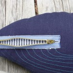 Zíper imita boca de baleia em almofada ou móbile de jeans