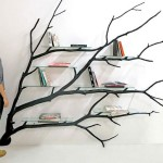 Estante para livros feita com galho de árvore reciclado