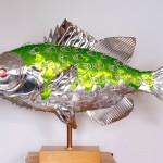 Latas de conserva recicladas como incríveis esculturas de peixes