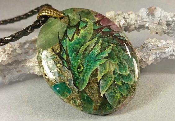 Pedra colorida com pintura de dragão