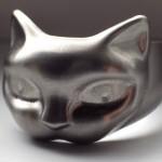 Anel de gato em titânio para usar como abridor de garrafas