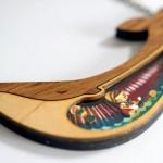 Pingentes de madeira com personagens de histórias infantis