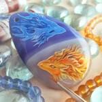 Pedras roladas viram telas para pintura a óleo de dragões