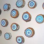 Anéis coloridos pintados em fatias de troncos de árvores
