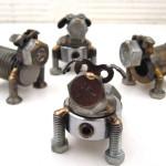 Esculturas de cachorros com porcas e parafusos reciclados