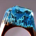 Anéis de madeira com resina imitando cristal colorido