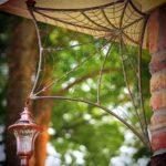 Cantoneira para lâmpada tramada em metal como teia de aranha