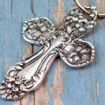 Crucifixo com cabo de talher usado como chaveiro ou pingente