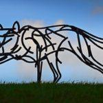 Lobo e raposa em esculturas de 'rabiscos' com barras de aço