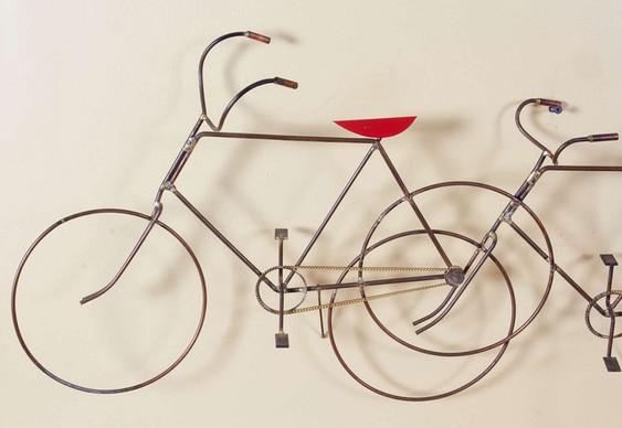 Painel de metal com bicicletas