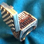 Menor jogo de xadrez do mundo cabe dentro de um anel de prata