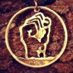 Símbolo revolucionário do punho cerrado em pingente de moeda