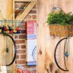 Bicicleta com cesta dianteira saindo de dentro da parede