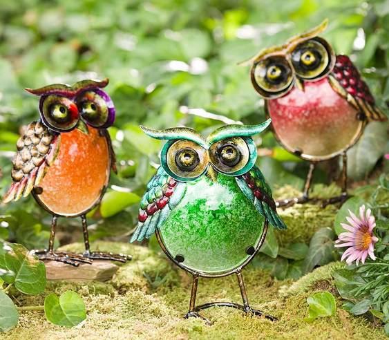 Corujas coloridas para gramados