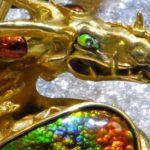Pingente de dragão para colar cravejado com ágatas-de-fogo