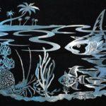 Cenas da vida marinha e pescaria em painéis de metal escovado