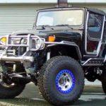 Jipe Toyota com ferragem custom e portas asa de gaivota