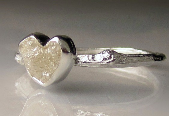 Anel de prata com pedra em estado bruto