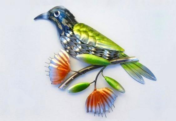 Ave de metal colorido para decoração