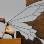 Fada parece painel de parede mas é escultura tridimensional
