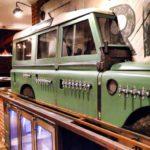 Jipe Land Rover emparedado como uma chopeira de barzinho
