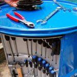Barril de petróleo reciclado como armário para ferramentas