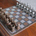 Jogo de xadrez com 42 mil argolinhas de metal entrelaçadas