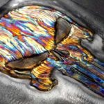 Alto-relevo sobre metal colorido com o calor da solda TIG