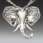 Talheres antigos de prata reciclados como pingentes de animais