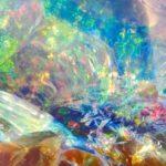 Pedra preciosa opala com colorido surreal em seu interior