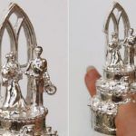 Anel de casamento com noivinhos no topo de bolo em miniatura