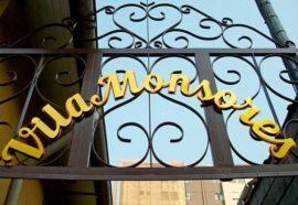 Letreiro dourado na rua Sete de Abril em Petrópolis